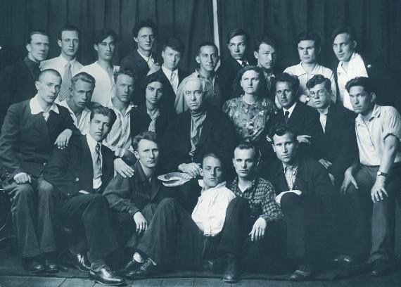 Изотехникум памяти 1905 года. 1937 г. Класс Н.П. Крымова. В центре Николай Петрович Крымов. В верхнем ряду шестой слева - Алексей Айзенман.
