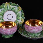 Чайные пары, стилизованные под розовые бутоны на листьях