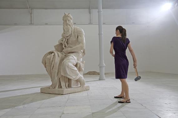 Кристина Лукас «Говори» 2008. Кадр из видео.