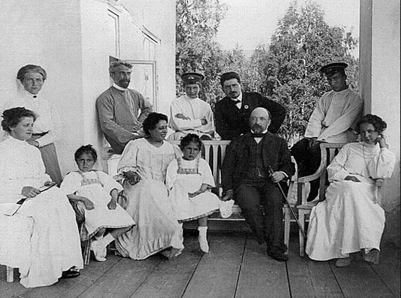 На даче Пастернаков в подмосковных Райках. 1907. Ольга Бари - крайняя справа в первом ряду, Леонид Пастернак - второй слева во втором ряду.