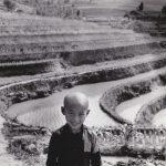 """Аньес Варда """"Ребенок перед рисовой плантацией около Чунцина. Из серии """"Китай"""". Китай, 1957"""