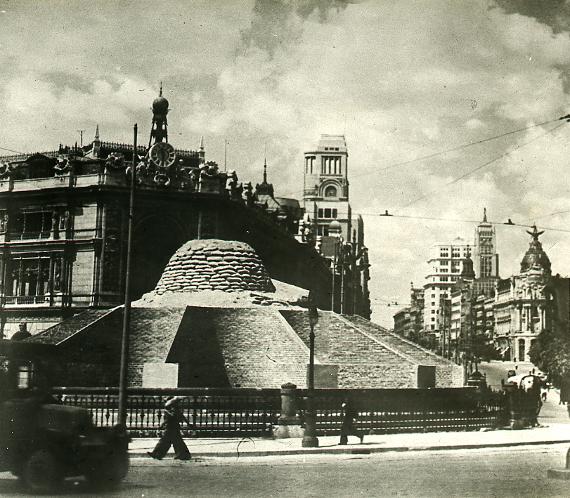 Защита мадридского фонтана на площади Пласа-де-Сибелес во время гражданской войны в Испании, 1937. Испанская национальная библиотека фотографий. Министерство культуры и спорта