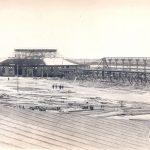 Ротонда и два прямоугольных павильона строительного и инженерного отделов на Всероссийской выставке в Нижнем Новгороде (процесс строительства).