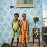 """Алексиа Вебстер """"Двое друзей позируют для своего портрета на углу улиц Корнуэлл и Геркулес в Вудстоке, Южная Африка"""" 2011"""