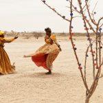 """Маргарет Кортни-Кларк """"Их жизнь. Эмси Тжамбиру и Беверли Тживинде танцуют на дороге возле своего ларька, чтобы остановить туристические автобусы"""" 2017"""