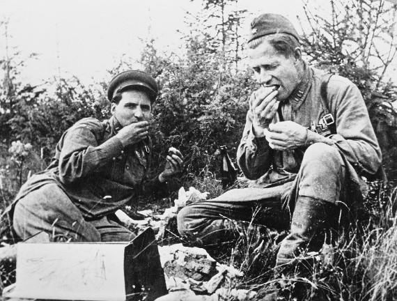 Константин Симонов и Алексей Сурков, 1941. Предоставлено: Государственный центральный музей современной истории России.