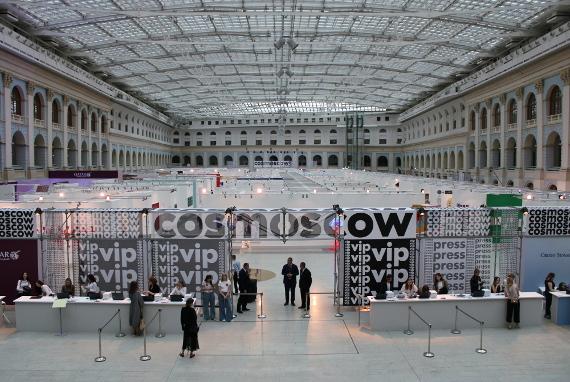 Восьмая Международная ярмарка современного искусства Cosmoscow пройдет в Гостином Дворе 11–13 сентября 2020 года.