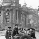 Илья Аронс, Генерал-майор Матвей Вайнтруб, писатель Константин Симонов, кинооператор Илья Аронс (справа-налево) у здания Рейхстага, Берлин, 1945 год.