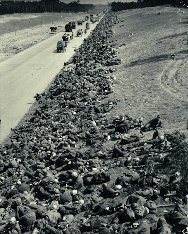 """Фишман-Борисов Б.Я. """"Все-таки они попали в Москву – но пленными. Колонна немцев на привале"""" 1944"""