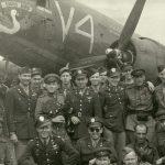 Советские журналисты вместе с союзниками. Кинооператор Илья Аронс четвертый слева в верхнем ряду. Аэродром Темпельхоф, Берлин, май-июнь 1945 года.