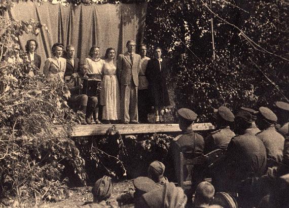 Театр имени Ев. Вахтангова, Сталинград 1942 г., сцена из спектакля «Где-то в Москве». Предоставлено: ГЦТМ имени А.А. Бахрушина.