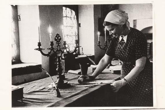 Научный сотрудник музея М.А. Гра на экспозиции «Приказная палата» в Передних воротах Государева двора. 1946 год. Предоставлено: © МГОМЗ.
