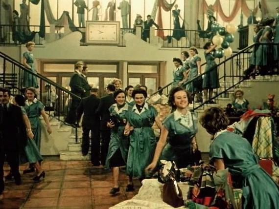 «За витриной универмага». 1955. Предоставлено: Всероссийский музей декоративного искусства.