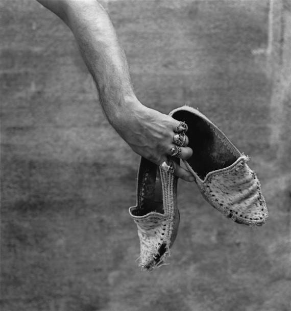 Альберто Гарсия-Аликс «Автопортрет с мокасинами» 1988. © Alberto García-Alix. Предоставлено: МАММ, Москва. Выставка «Некоторый беспорядок. Произведения из коллекции Антуана де Гальбера».