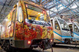 Обновленный тематический поезд «Акварель» вышел на Арбатско-Покровскую линию столичной подземки.